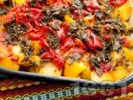 Рецепта Лесен постен гювеч с картофи, чушки, домати и магданоз в тава на фурна